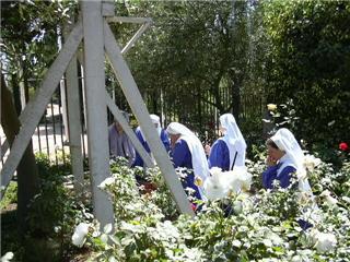 CONGREGACION RELIGIOSA EN EL JARDIN DE LAS APARICIONES
