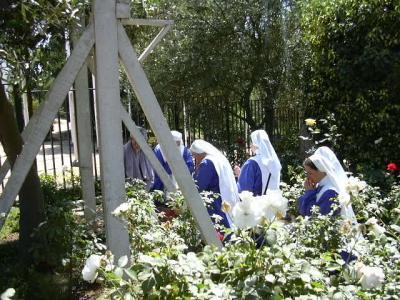 LAS RELIGIOSAS EN ORACION AL PIE DEL ARCO DE MADERA