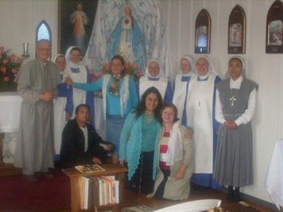 LOS MISIONEROS JUNTO A LA COMUNIDAD RELIGIOSA Y A LA IMAGEN DE LA DAMA BLANCA DE LA PAZ